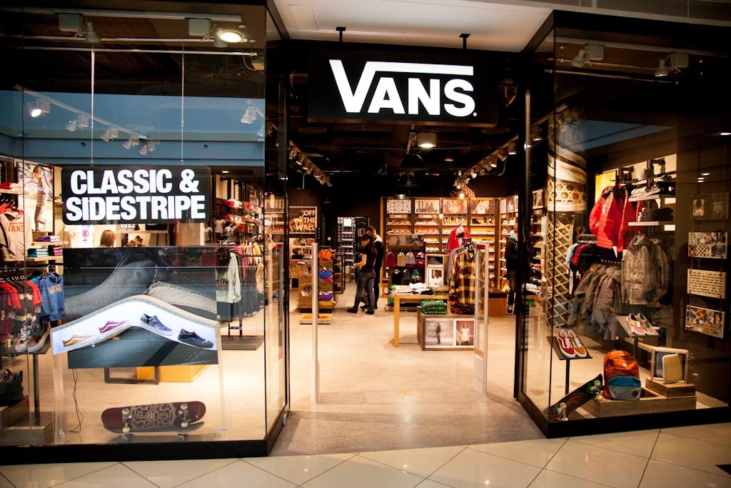 Це перетворилося в подальшому в відмітний елемент стилю Vans. Компанія  виробляє також товари для занять активними видами спорту. 4b06786d5c25c